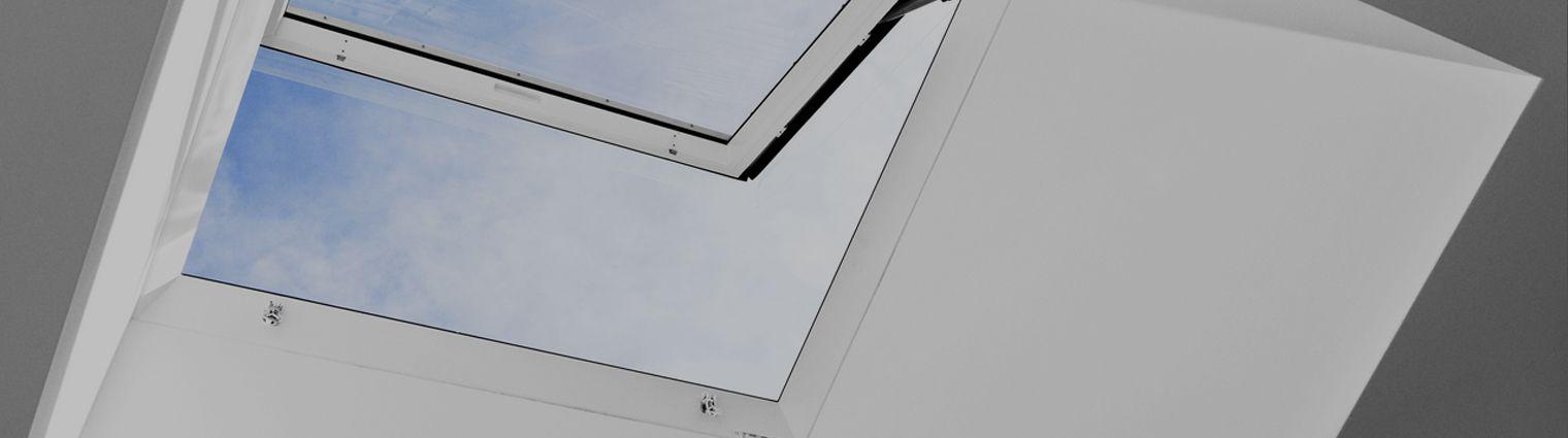 Finestra velux per tetti piani per l 39 accesso al tetto for Finestre velux per accesso al tetto
