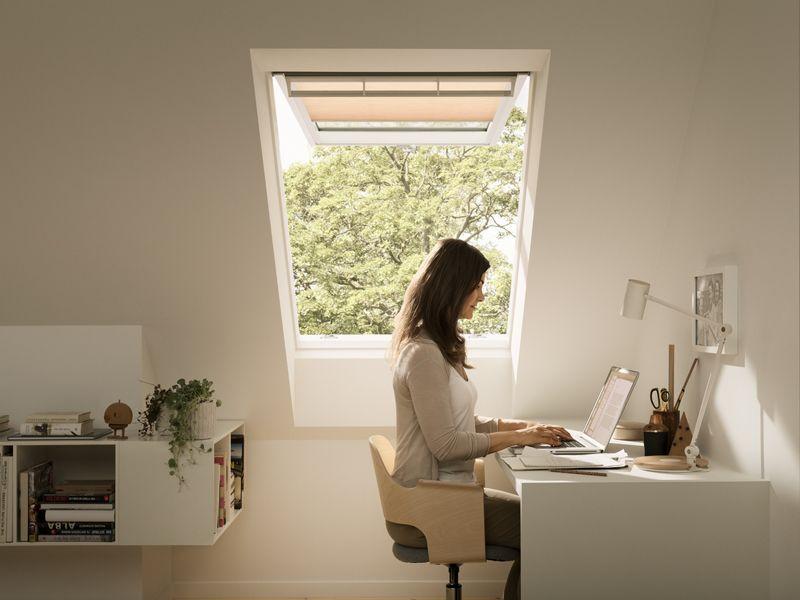 Finestra velux per tetti piani per l 39 accesso al tetto for Finestre velux doppia apertura